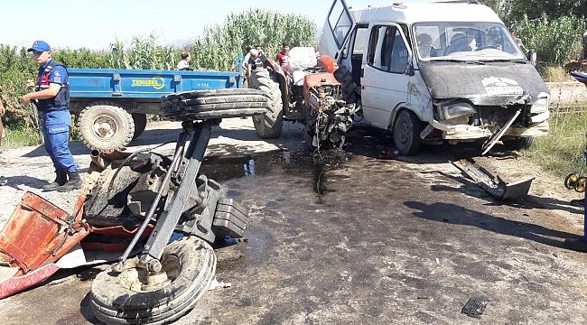 Turgutlu'da Minibüs ile Traktör Çarpıştı: 12 Yaralı