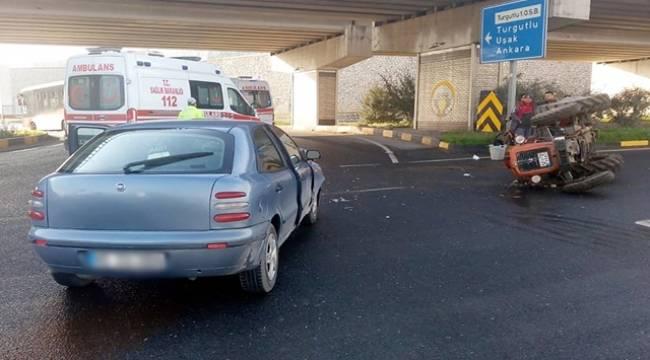 Turgutlu'da Otomobil İle Traktör Çarpıştı: 2 Yaralı