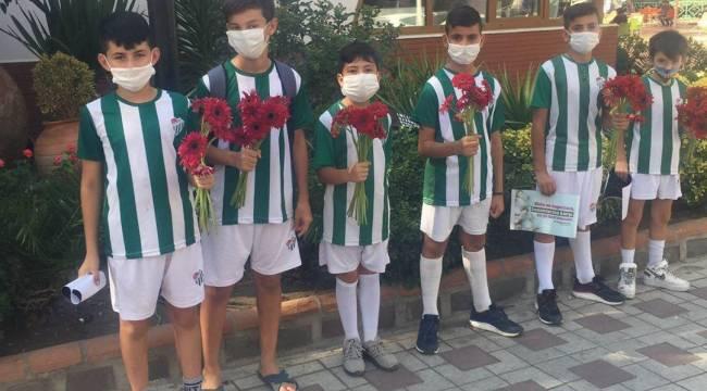 Turgutlu'da Bursaspor Futbol Okulu Öğrencileri Kadınlara Çiçek Dağıttı