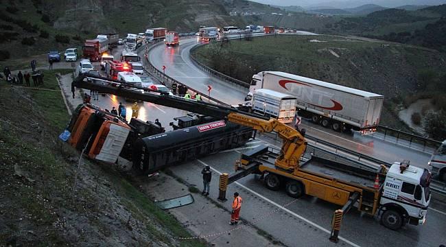 Manisa'da Zift Tankeri Devrildi: 1 Ölü 1 Yaralı
