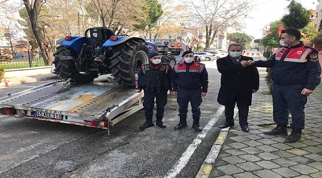 Salihli'de 'da Eski Milletvekilinin Çalınan Traktörünü Jandarma Ekipleri Buldu