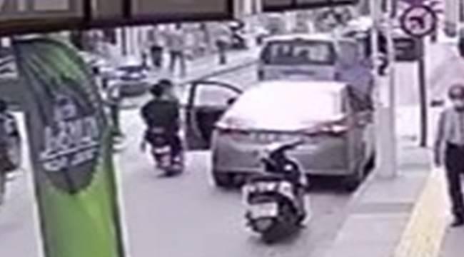 Kapısı Açılan Otomobile Çarpan Elektrik Bisiklet Sürücüsü ve Arkadaşı Yaralandı (Video Haber)