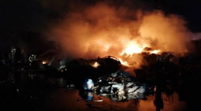 Manisa'da Geri Dönüşüm Tesisinde Yangın