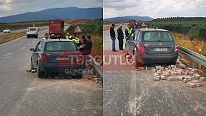 Ahmetli'de Tırdan Düşen Taşlar, Otomobilin Üzerine Devrildi: 1 Yaralı